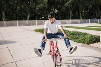 Feliz, jovem, ciclista, desfrutando, passeio, ligado, seu, bicicleta