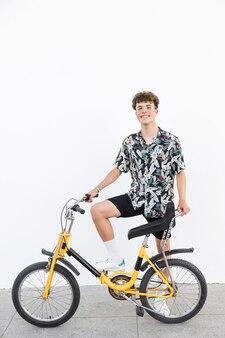 Feliz, jovem, com, bicicleta, ficar, ligado, calçada