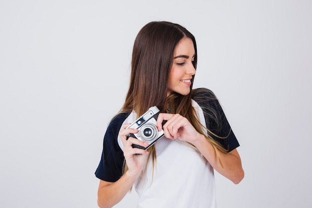 Feliz jovem com sua câmera