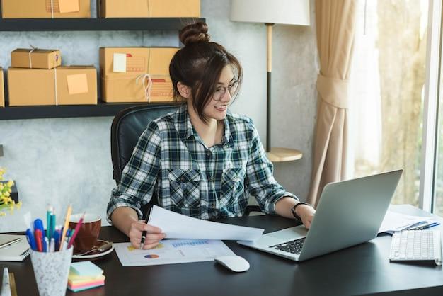 Feliz jovem empreendedor, empresário empresário trabalha em casa, estilo de vida geração alfa.