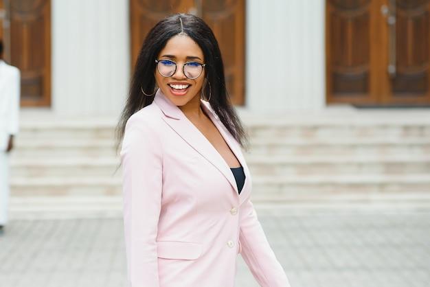 Feliz jovem empresária afro-americana na cidade