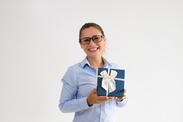 Feliz jovem empresária animado com seu dia especial