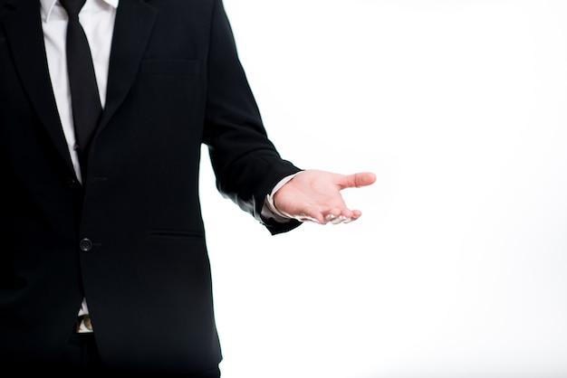 Feliz jovem empresário apresentando isolado sobre fundo branco