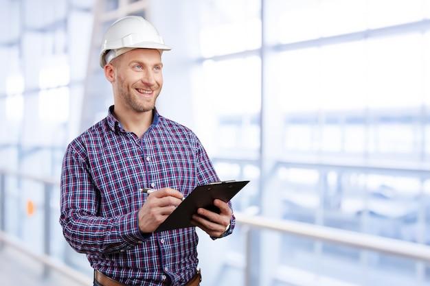 Feliz jovem empresário arquiteto sorrindo