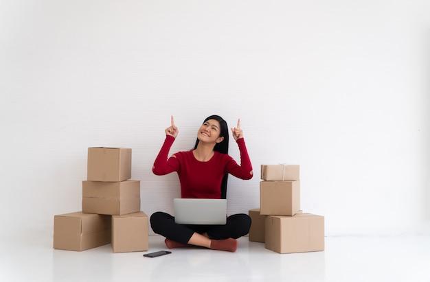 Feliz jovem empresário asiático sorria para o sucesso de vendas