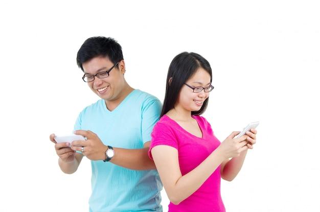Feliz, jovem, estudantes, par, com, esperto, telefone