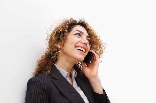 Feliz, jovem, executiva, falando telefone móvel
