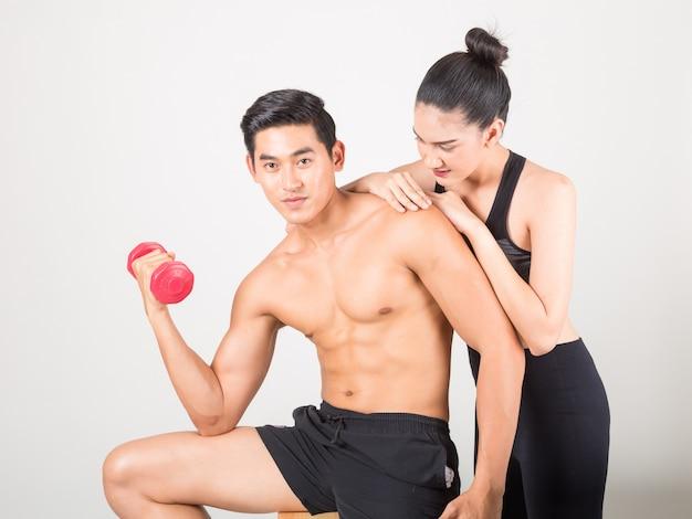 Feliz jovem fitness homem e sua namorada no tempo de treinamento