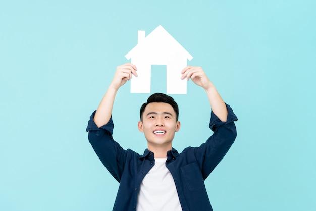 Feliz, jovem, homem asiático, segurando, casa, sinal, overheead