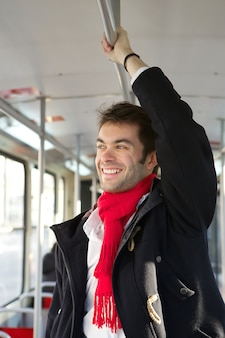 Feliz, jovem, homem, viajando, por, metrô
