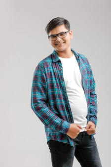 Feliz jovem indiano