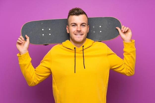 Feliz jovem loira segurando um skate