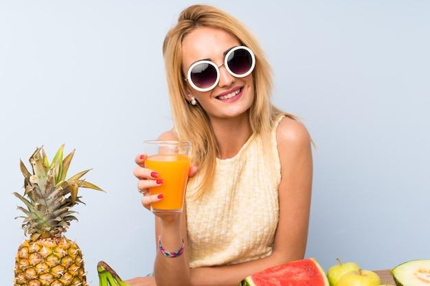 Feliz, jovem, loiro, mulher, com, lotes, de, frutas