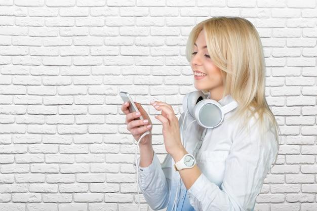 Feliz, jovem, loiro, mulher, escutar música