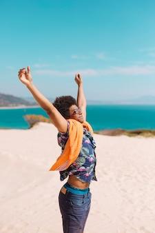 Feliz, jovem, macho americano africano, desfrutando, férias