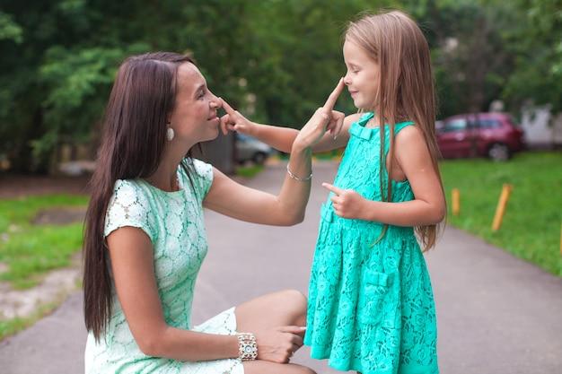Feliz, jovem, mãe, e, dela, filha, tendo divertimento, ao ar livre