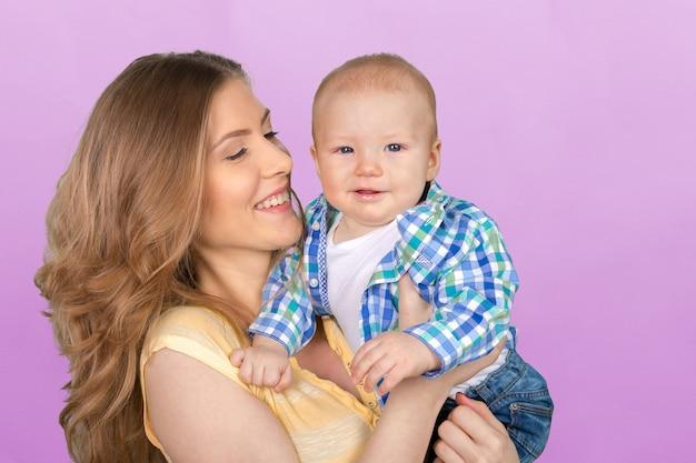 Feliz jovem mãe e filho