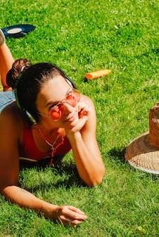 Feliz, jovem, morena, mulher, escutar música, ao ar livre, ligado, um, dia verão