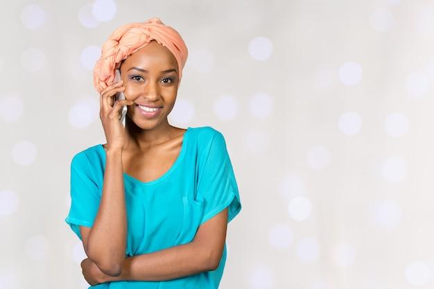 Feliz, jovem, mulher africana, falando telefone pilha