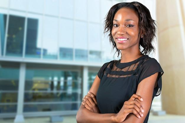 Feliz, jovem, mulher africana, ficar, com, braços cruzaram