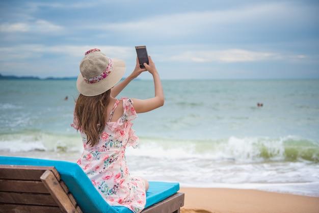 Feliz, jovem, mulher asian, praia