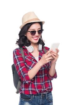 Feliz jovem mulher asiática usando smartphone em pé isolado no branco.