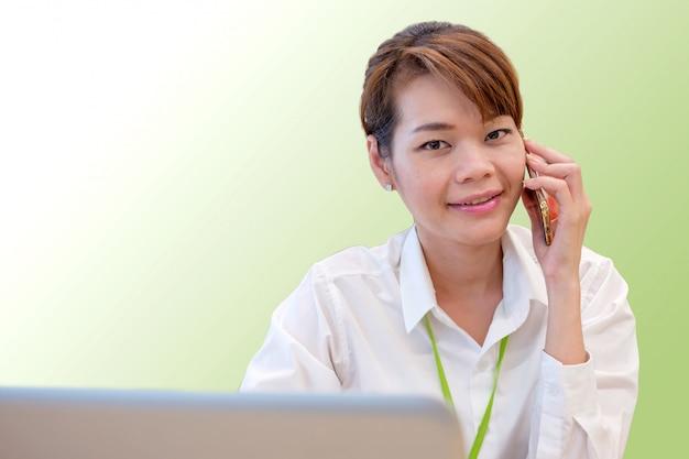 Feliz, jovem, negócio, mulher asian, falando telefone esperto