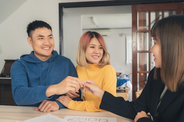 Feliz, jovem, par asiático, e, corretor de imóveis, agente