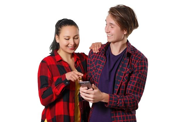 Feliz jovem rapaz e mulher olhando para a tela do smartphone e sorrindo.