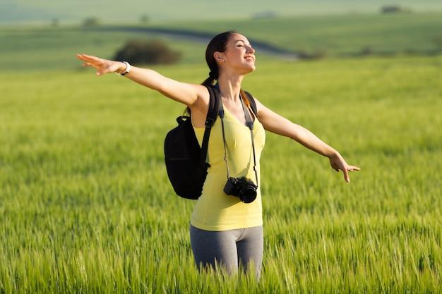 Feliz jovem tirando fotos no campo