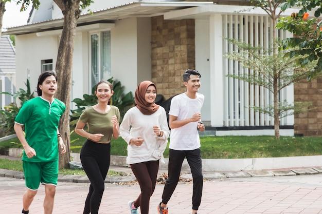 Feliz jovens asiáticos exercitar e aquecer