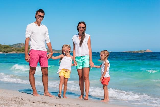 Feliz linda família com filhos na praia