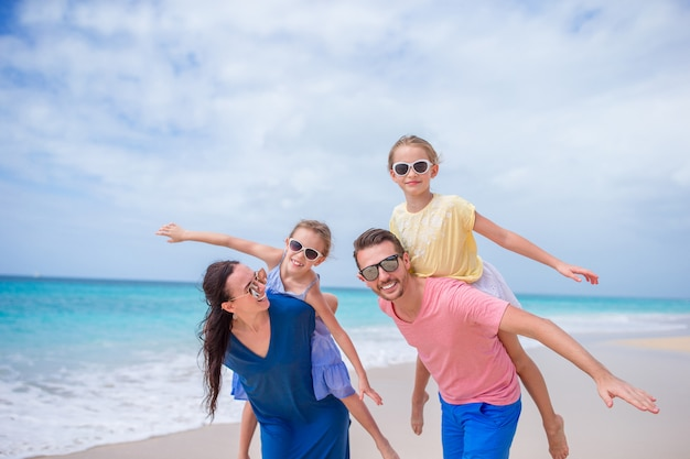 Feliz linda família de quatro na praia