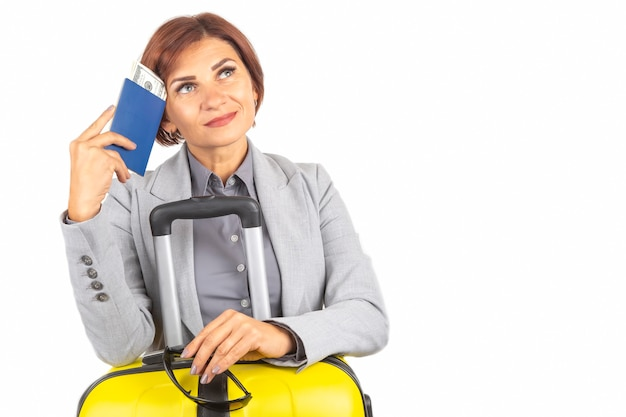 Feliz linda mulher de negócios com passaporte e bagagem para uma viagem. férias e entretenimento. pesquise lugares para viajar.