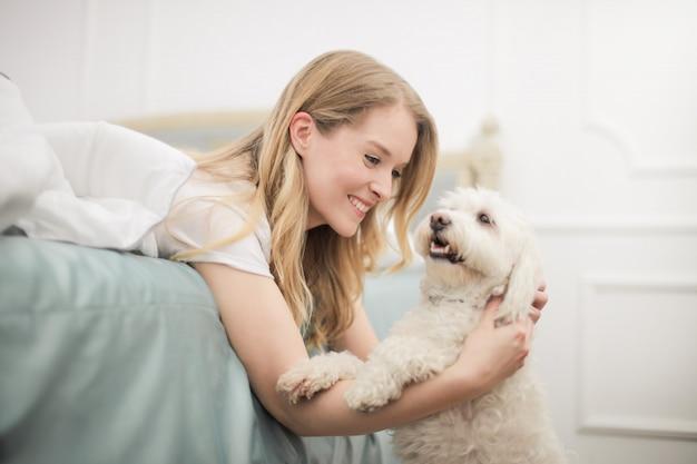 Feliz, loiro, mulher, com, um, cão