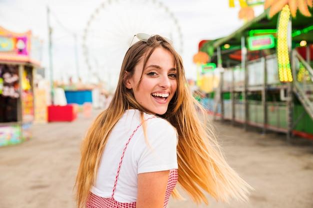 Feliz, loiro, mulher jovem, em, parque divertimento