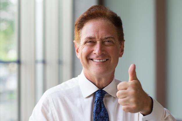 Feliz, maduras, homem negócios, mostrando, polegar