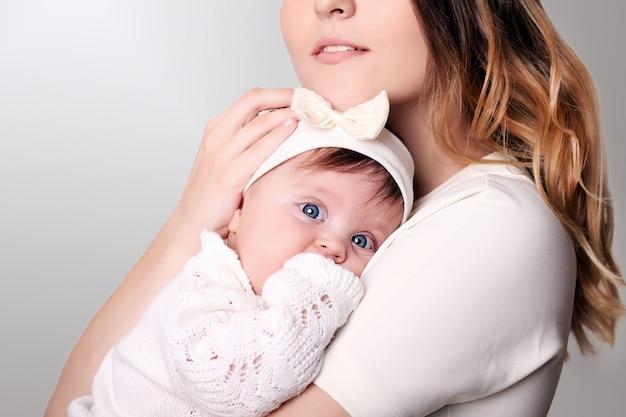 Feliz mãe carinhosa e sua menina bebê fofo