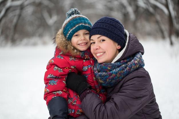 Feliz mãe e bebê em winter park