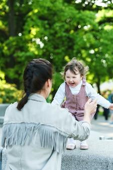 Feliz mãe e filha brincando na rua