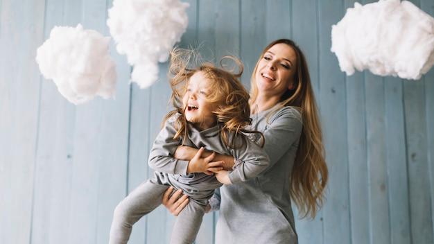 Feliz mãe e filha comemorando o dia das mães juntos