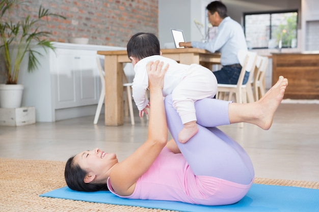 Feliz mãe e filha exercitando na esteira em casa