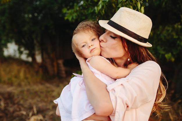 Feliz mãe e filha rindo juntas ao ar livre