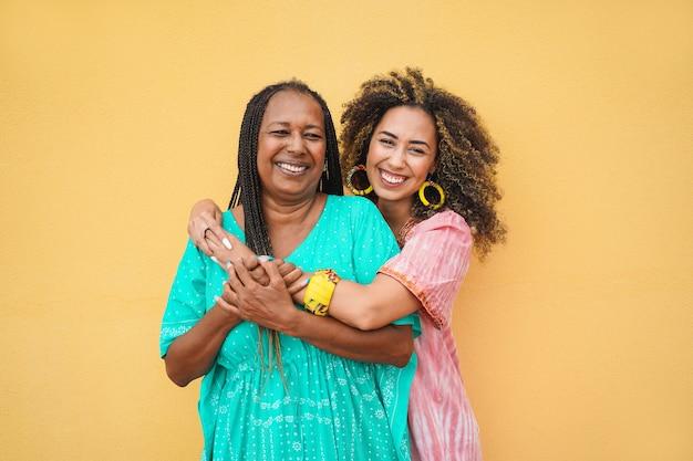 Feliz mãe e filha se abraçando