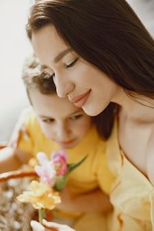 Feliz mãe e filho. preparando-se para a páscoa. férias com a família