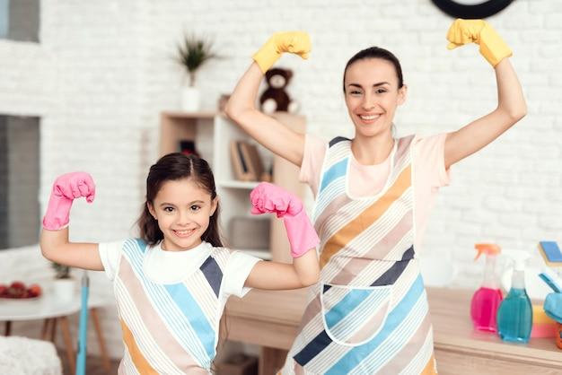 Feliz mãe e menina estão contentes que eles limparam todo o apartamento
