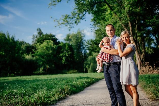 Feliz mãe, pai e filha no parque