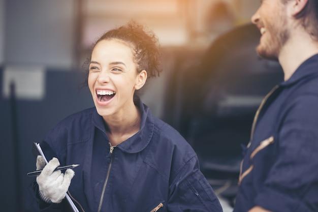 Feliz mecânica feminina na garagem, conceitos de estilo de vida no local de trabalho feliz