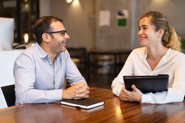 Feliz, meio, adulto, gerente, conversa, para, jovem, femininas, cliente