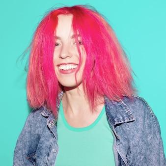 Feliz menina bonita com cabelo rosa. estilo de vida brilhante